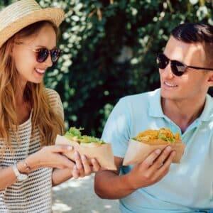 Coppia che mangia ad un evento street food