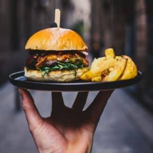 Hamburger e patatine su un vassoio